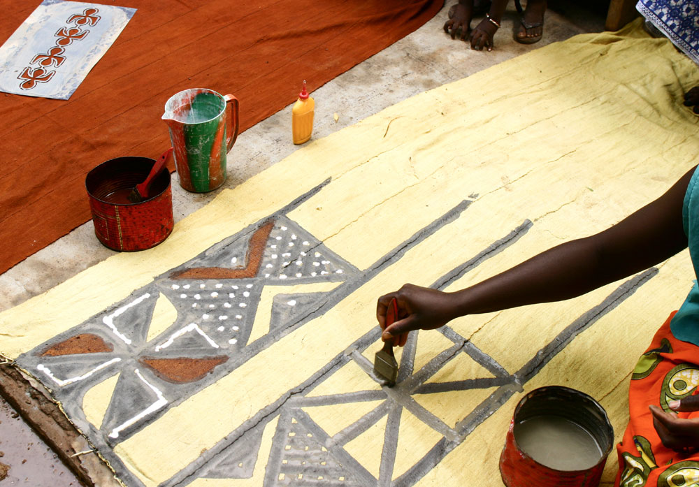 Painting with fermented mud (Mali)