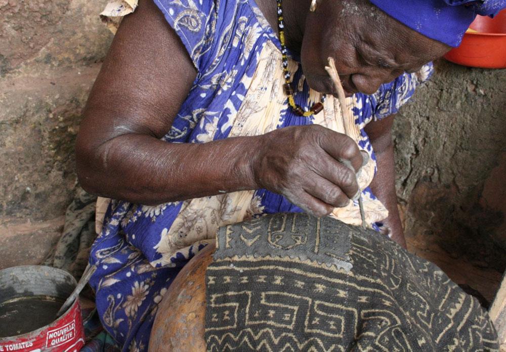 A Bogolan teacher working at complex pattern, in Ségou
